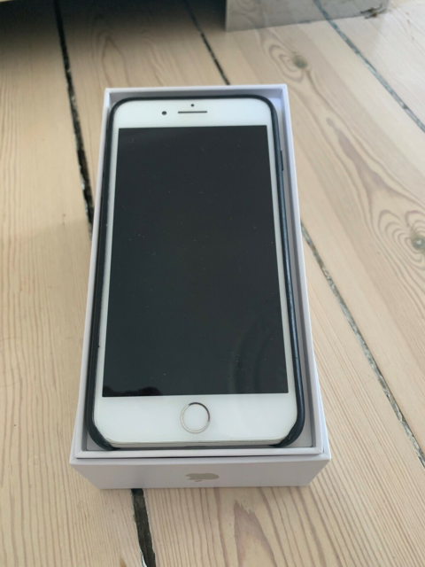 iPhone 8 Plus, 64 GB, hvid, God, Brugt to år. Holder fin…