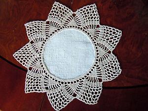 kleines-Deckchen-beiges-Leinen-mit-Haekelspitze-22-cm-rund-perfekte-Handarbeit