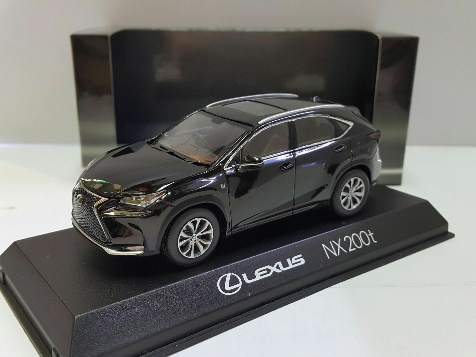 Kyosho LEXUS NX 200t Sport Utility Vehicle Mercurio nero Distribuidor Edition 1 43