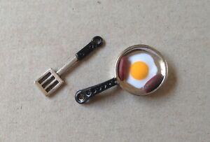 Brillant Maison De Poupées Poêle Avec Saucisse Et œuf Et Un Métal Spatule-afficher Le Titre D'origine