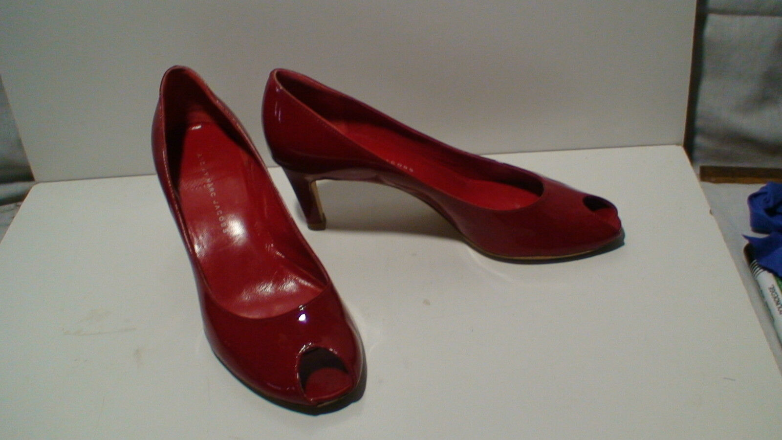 MARC BY MARC JACOBS ROT PATENT LEATHER OPEN TOE HEELS SIZE 37.5