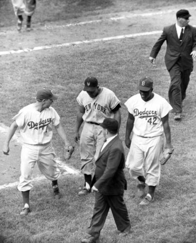 DODGERS GREATS JACKIE ROBINSON PEE WEE REESE TALK TO WILLIE MAYS  8x10