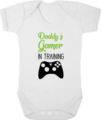 Daddys Giocatore Nella Formazione Body/crescere/gilet, Neonato Regalo, Baby Shower, Giochi-vest, Newborn Gift, Baby Shower, Gaming It-it Vendendo Bene In Tutto Il Mondo