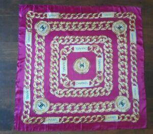 Superbe foulard en soie CHANEL 31 rue Cambon Paris. 85X85cm.