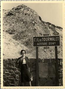 PHOTO-ANCIENNE-VINTAGE-SNAPSHOT-COL-DU-TOURMALET-PANNEAU-MONTAGNE-1961-SIGN