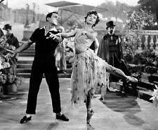 Gene Kelly and Leslie Caron UNSIGNED photo - B2276 - An American in Paris