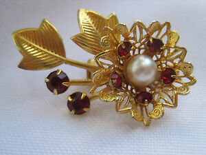 Vintage-Gold-Tone-Flower-Brooch-with-Red-Rhinestones