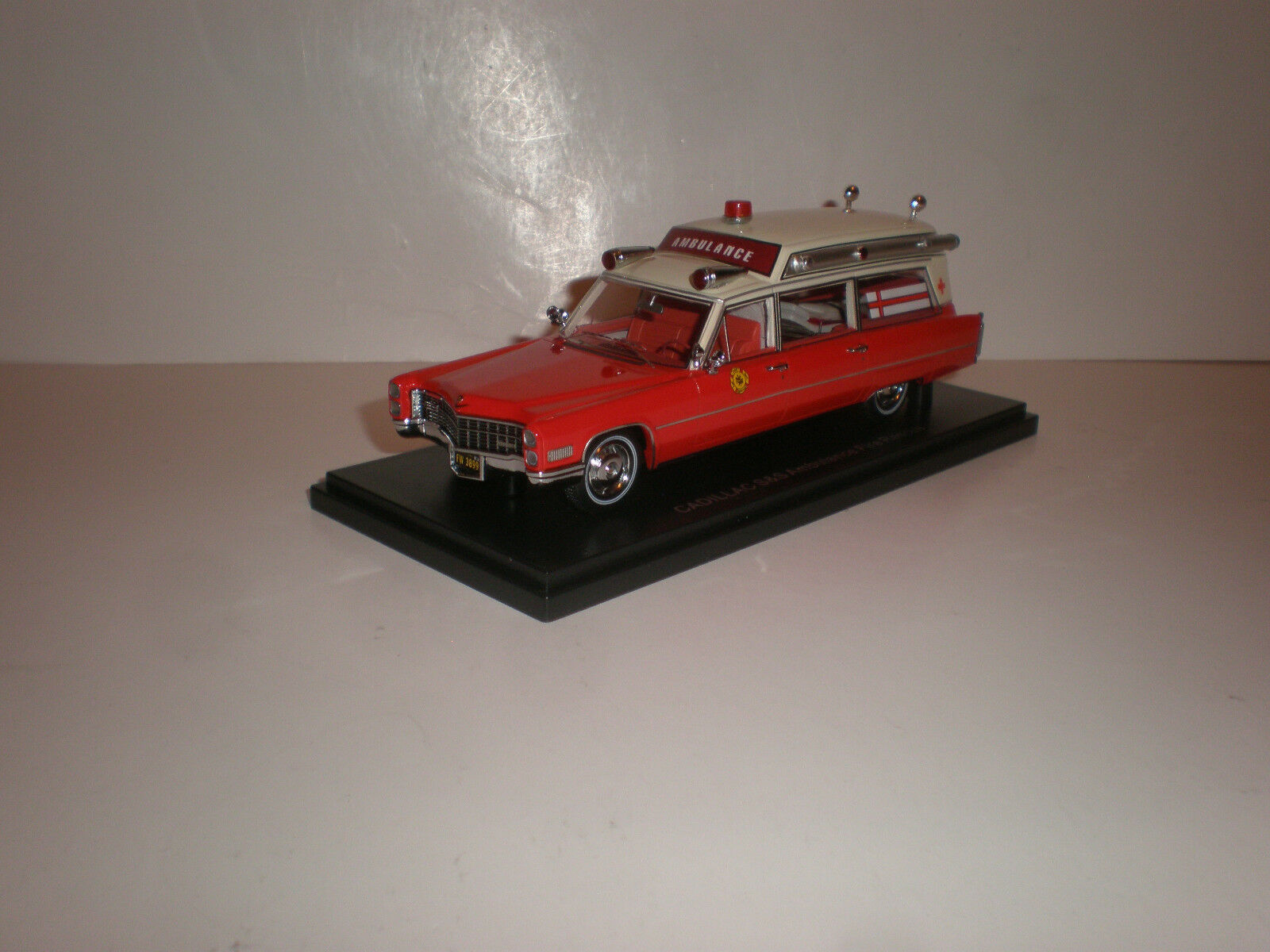 1 43 1966 Cadillac S&s Alta Top ambulancia rosso biancao Neo Scale Models NEO43899