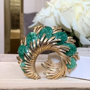 Crown-Trifari-Vintage-1950s-Green-Peking-Glass-Brooch-in-Gold-Tone-Setting