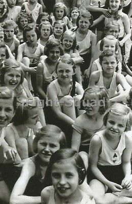 [Photo] Members of the League of German Girls on farming