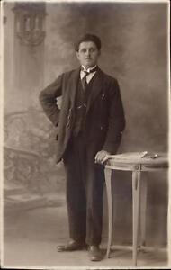 Détails sur photo carte homme debout main sur la table mode élégant vers  1920 cravate