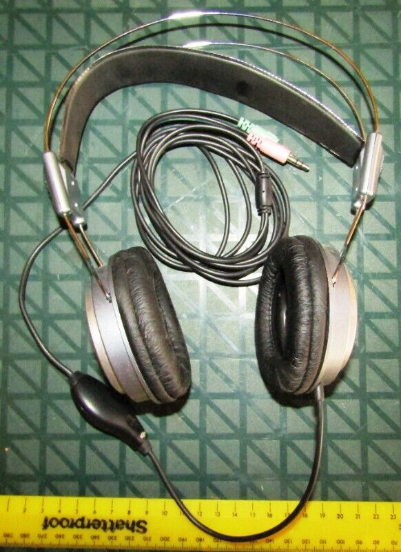 Dixon Over-Ear Stereo Headphones DNA10 with built-in Microphone