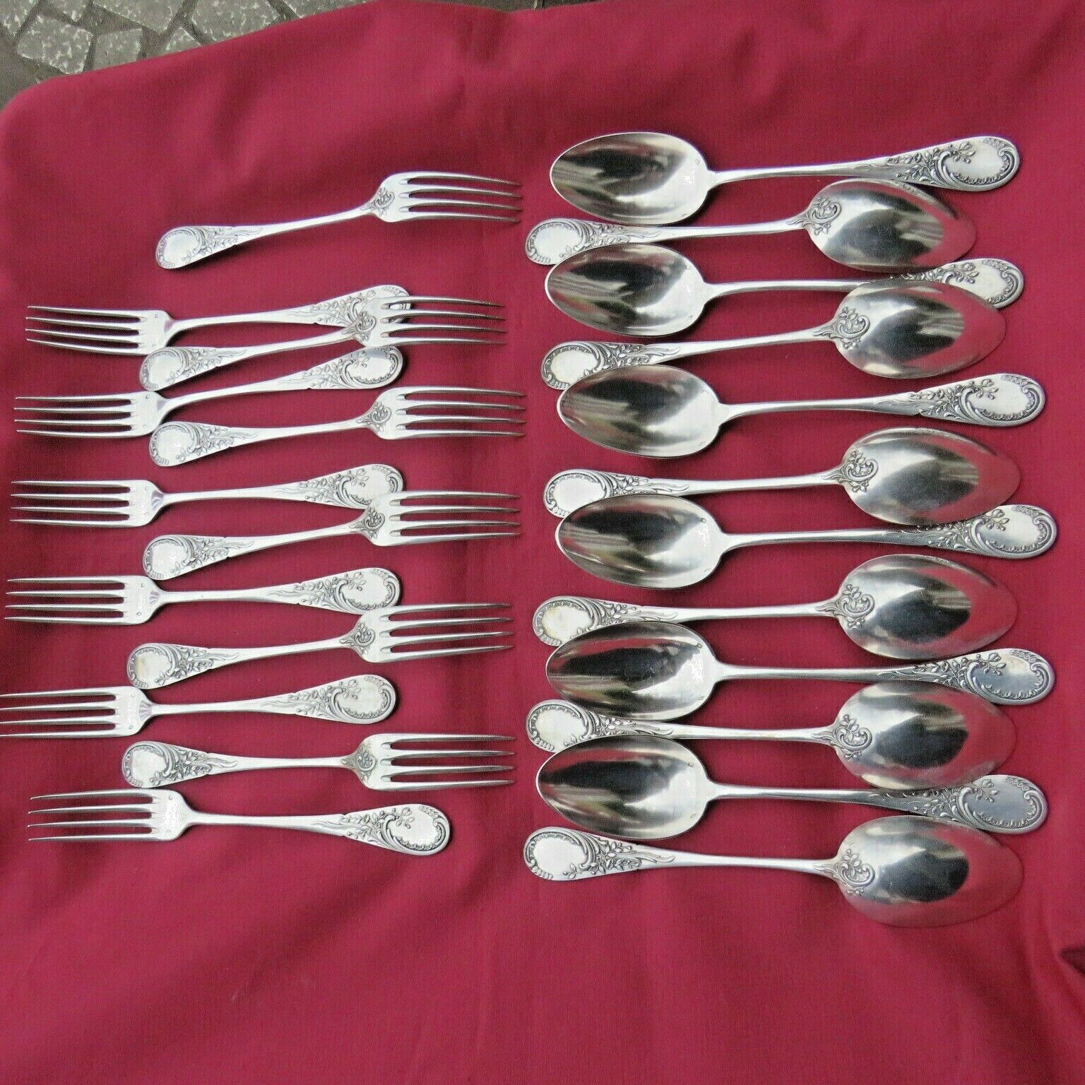24 couverts ;12 fourchettes et 12 cuillères en argent massif minerve 1730 GR