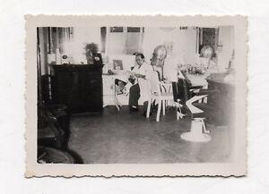Details zu PHOTO ANCIENNE Snapshot Homme Coiffeur Salon de coiffure Magasin  vers 1950