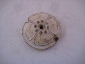 Ancien-accessoire-electrique-en-ceramique-coupelle-de-plafonnier