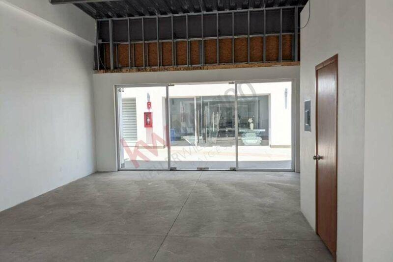 Local en plaza comercial con alto flujo, estacionamiento, elevador y explanda