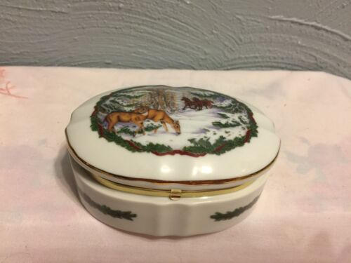 1986 Heritage House MELODIES OF CHRISTMAS MUSIC BOX White Chrismas