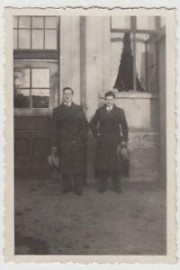(F28470) Orig. Foto junge Männer stehen an einem Haus 1933/34 - Altenburg, Deutschland - (F28470) Orig. Foto junge Männer stehen an einem Haus 1933/34 - Altenburg, Deutschland