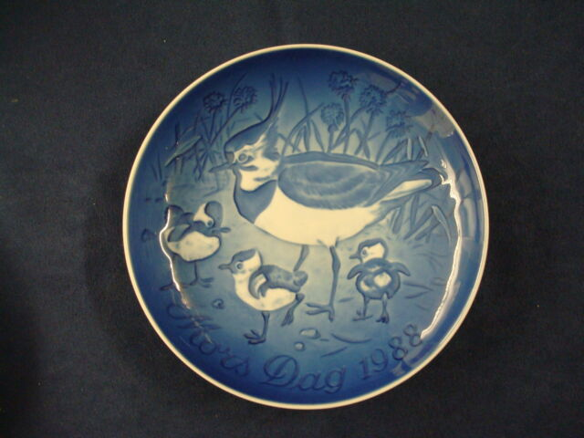 1988  BING & GRONDAHL B&G MOTHER'S DAY PLATE CRESTED PLOVER & YOUNG