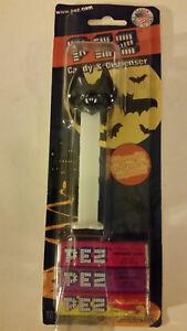 2010-PEZ-Glowing-Bat-Candy-Dispenser-On-Halloween-Card-UNOPENED