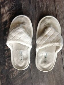 299517234c10 Image is loading White-Fuzzy-Slippers-Worn