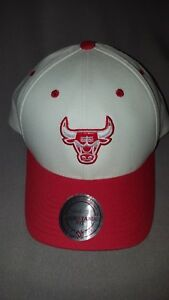 MITCHELL   NESS NBA CHICAGO BULLS MENS WHITE RED FLEX FIT SNAPBACK ... 932c4b10425