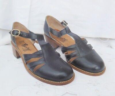 Ancienne paire de chaussures pour femme en cuir Charles
