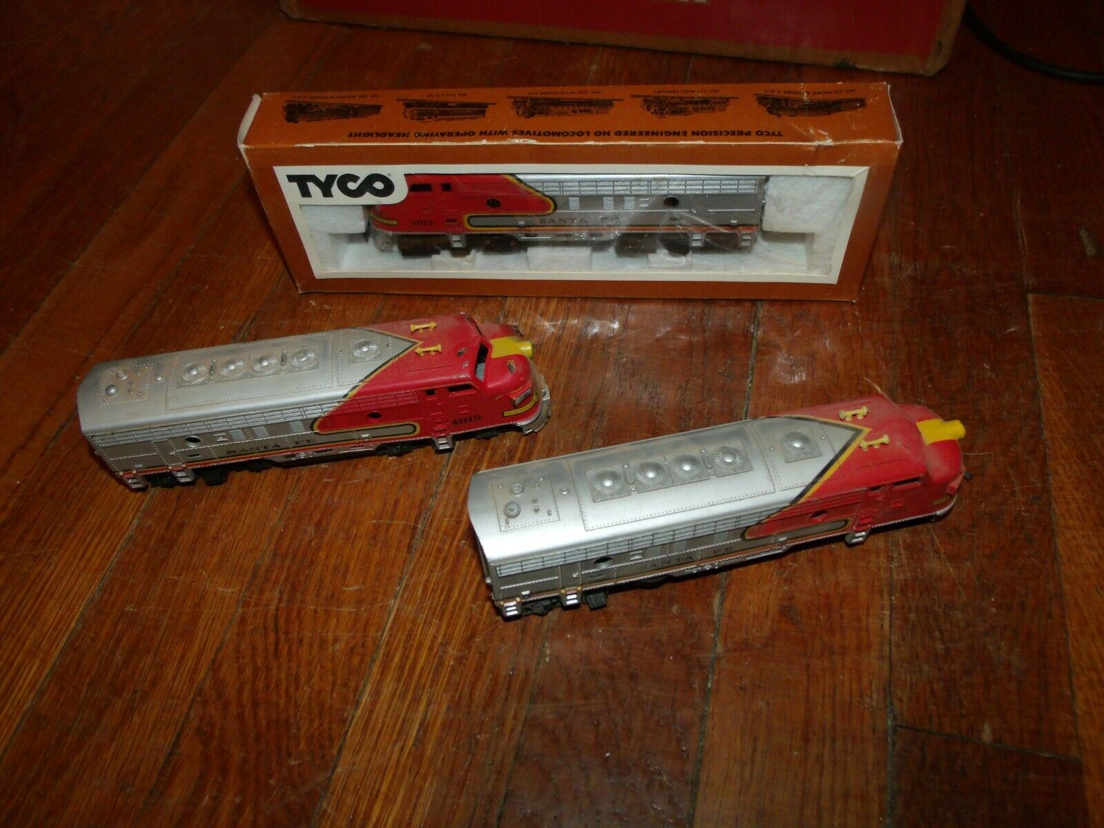 Vintage Tyco HO Santa Fe 4015 Locomotive NIB plus 2 extras Worldwide