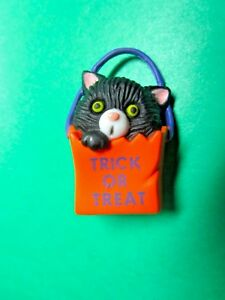 VINTAGE-HALLMARK-TRICK-OR-TREAT-BAG-BLACK-KITTY-CAT-HALLOWEEN-LAPEL-PIN-H82