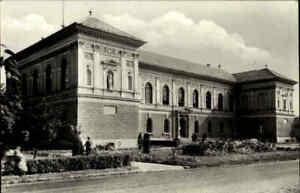 Szekszard-in-Ungarn-Postkarte-Museums-Gebaeude-s-w-AK-mit-Magyar-Posta-Briefmarke
