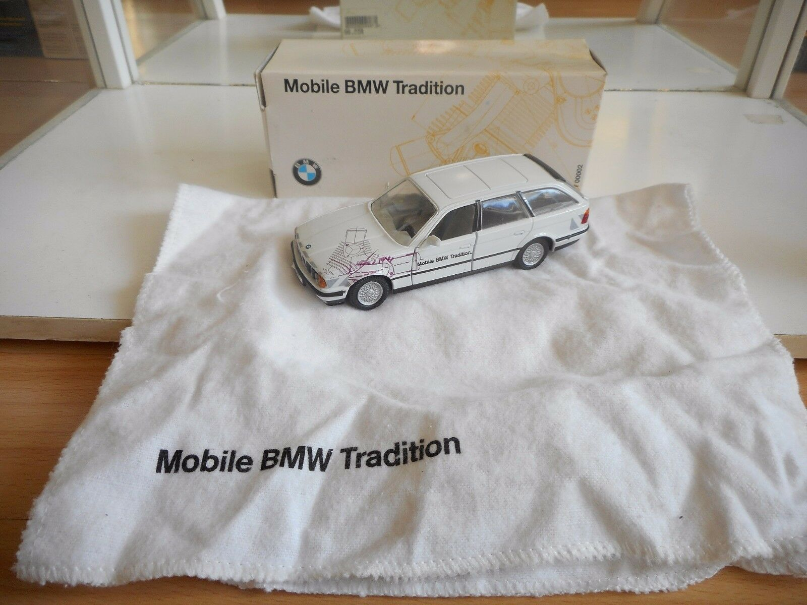 Gama BMW 5er Touring Mobile BMW Tradition in Blanco on 143 in Box