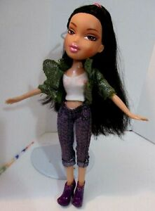 BRATZ-DOLL-LONG-DARK-BROWN-HAIR-MAUVE-PANTS-WHITE-TOP-GREEN-TOP-amp-BOOTS