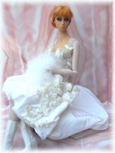 Piège à poupée Sybarite sur le trône de la tenue