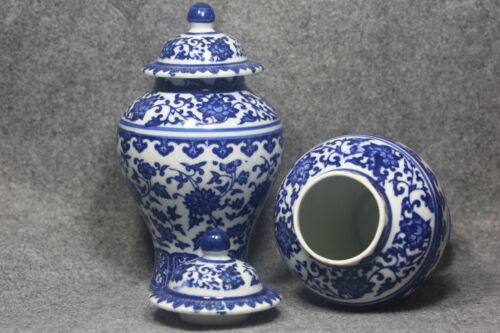 A pair of blue and white porcelain vase in ancient qianlong products 2