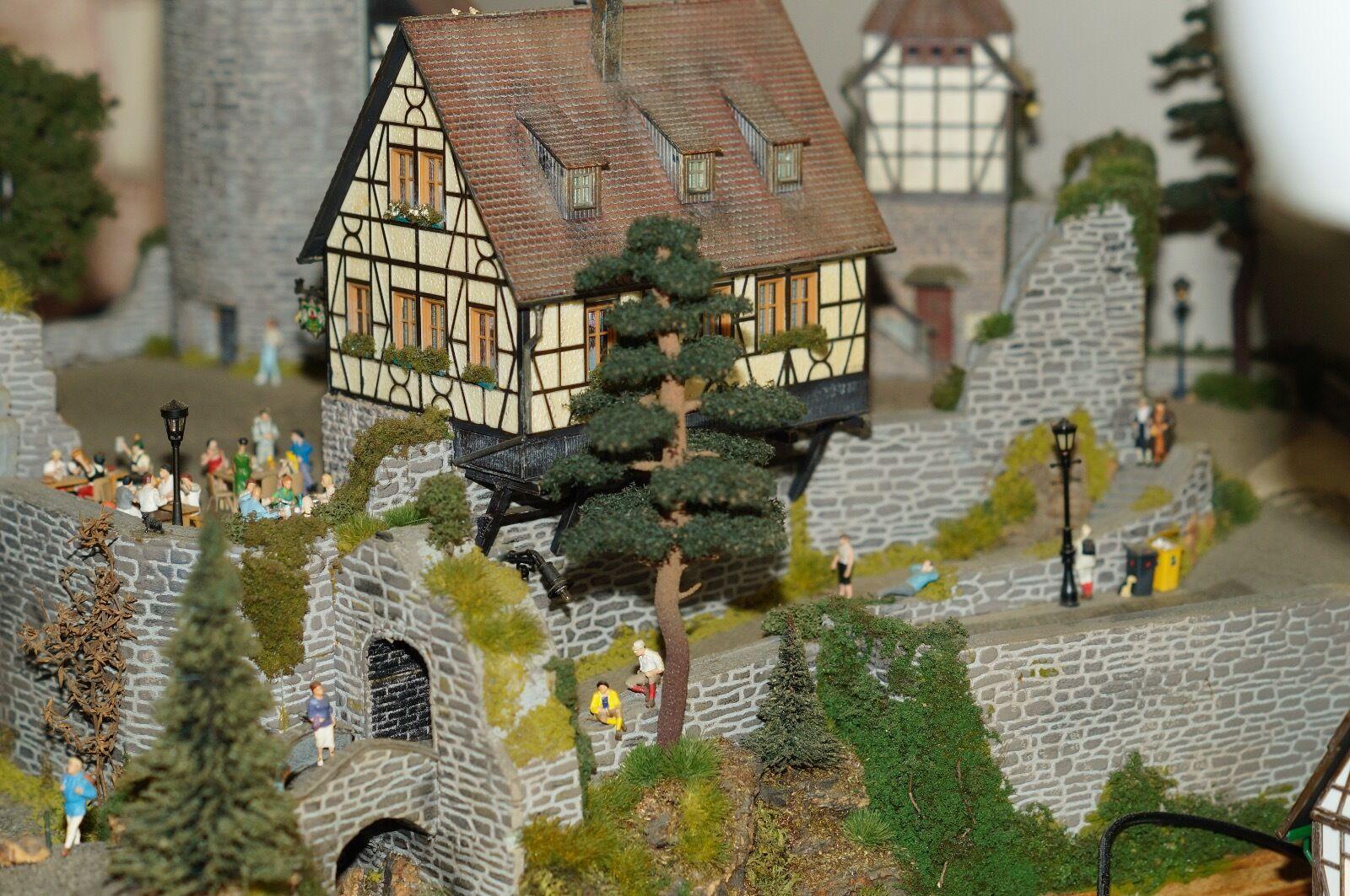 Burgberg-Diorama mit Beleuchtung, vielen Preiser-Figuren, Unikat, TOP gebaut