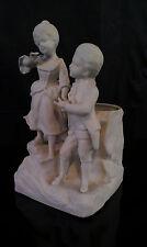 Biscuit, vase début XX ème vers 1900 Jeunes enfants en costumes XVIII ème
