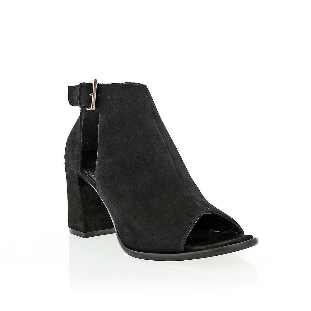 Gabriela Michele, pelusa, zapatos altos.