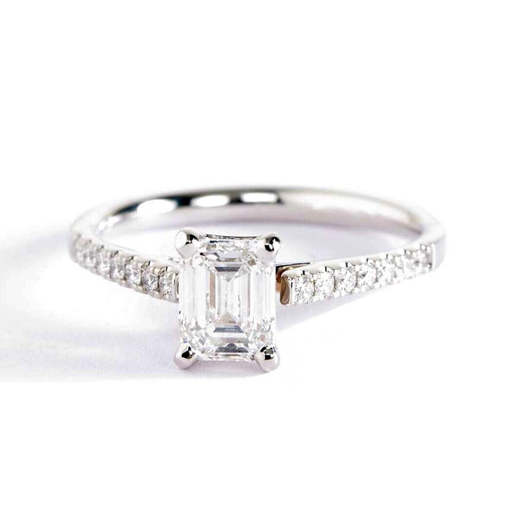 0.70 Ct VS2 H Corte Esmeralda Petite Diamante Pavé Anillo de Compromiso