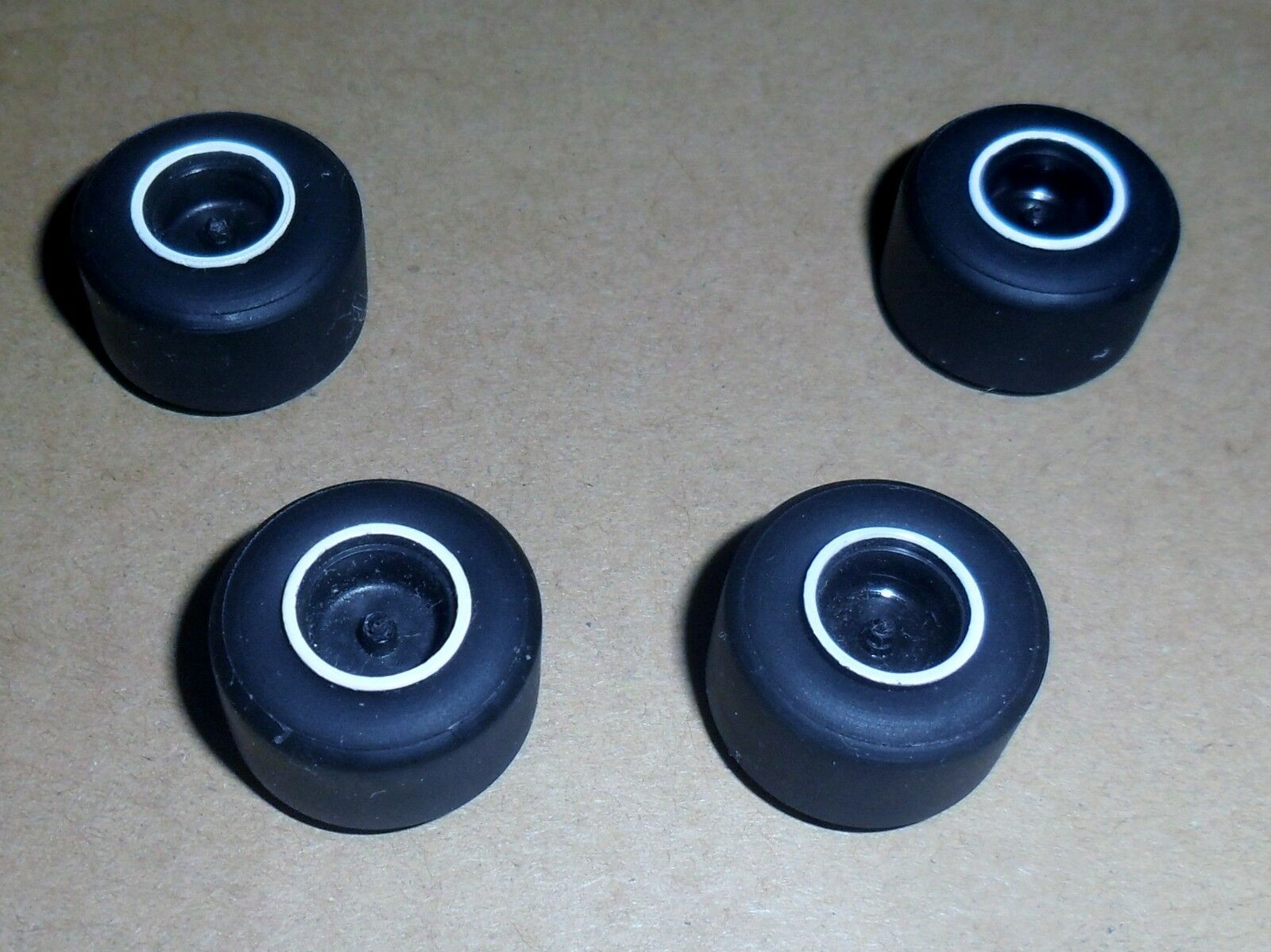 Scalextric Brand New Super Grip large Slick Voiture Pneus/pneus Pneus/pneus Pneus/pneus plus jantes Spares 103040