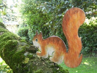 Baumfigur Baumdeko Eichhörnchen Chip aus Metall handbemalt Dekofigur
