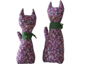 Handgenaehte-Katzen-aus-Stoff-Paerchen-stehend-handgearbeitetes-Unikat