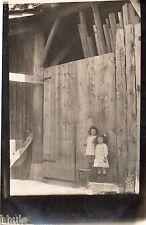 BK980 Carte Photo vintage card RPPC Enfant fillettes devant palissade bois