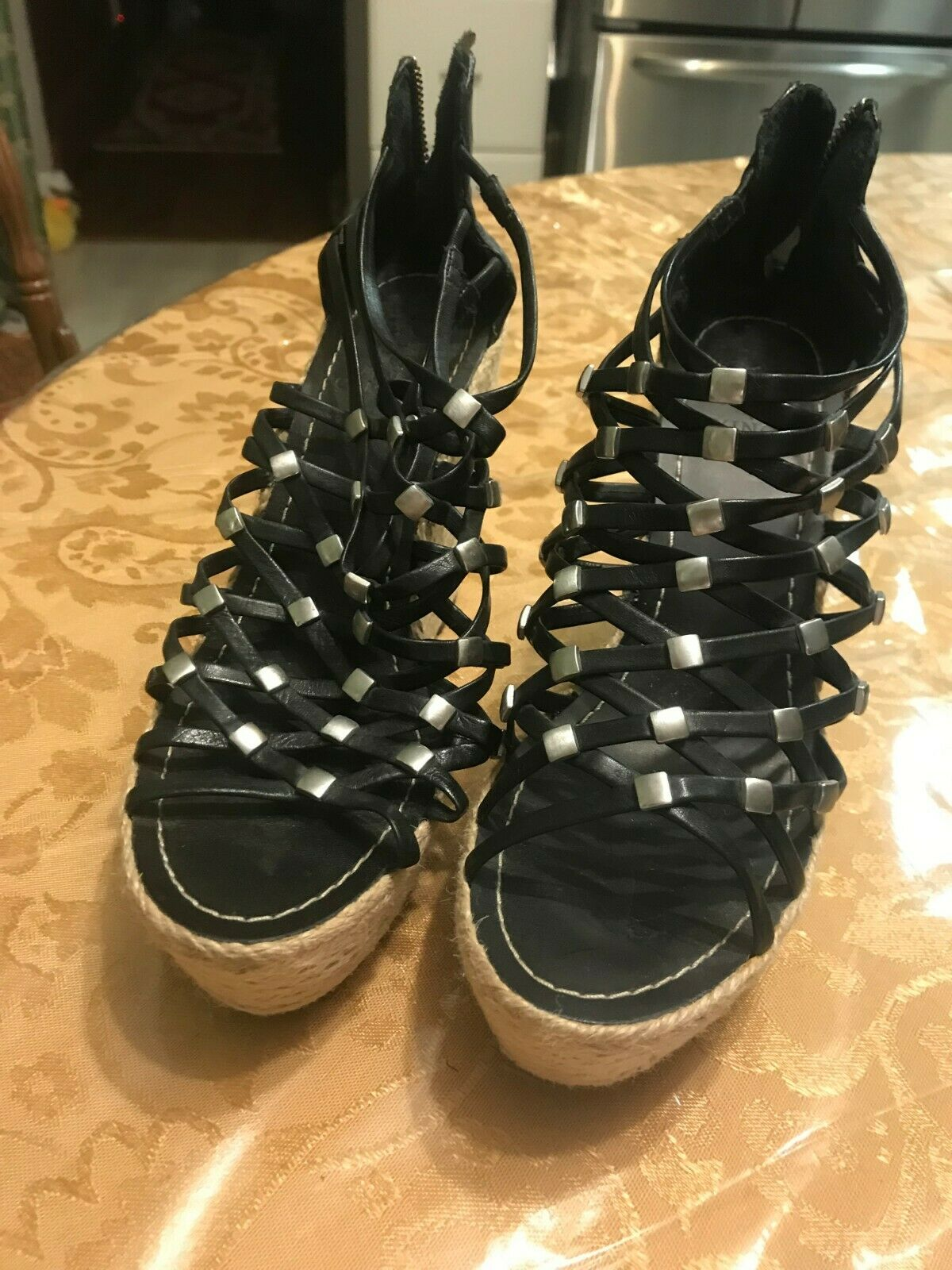 WOMEN'S VINCE CAMUTO BLACK LEATHER  SILVER STUDS STRAPPY PLATFORMS SIZE 6 B