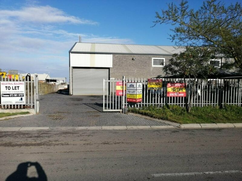545m2 Factory with Yard To Let in Blackheath Industrial.