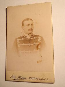 Linden-Soldat-in-Uniform-Pekesche-mit-Orden-Portrait-CDV