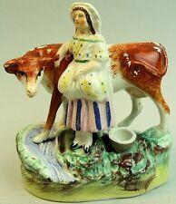 LOVELY Vittoriano Antico Staffordshire Pottery latte MAID & Mucca gruppo di figure