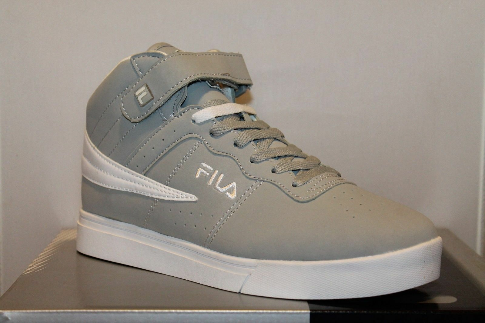 Homme Fila SHOR Vulc13 Suede Leather Mid High Top Sneakers Gris/Blanc US Taille 8.5