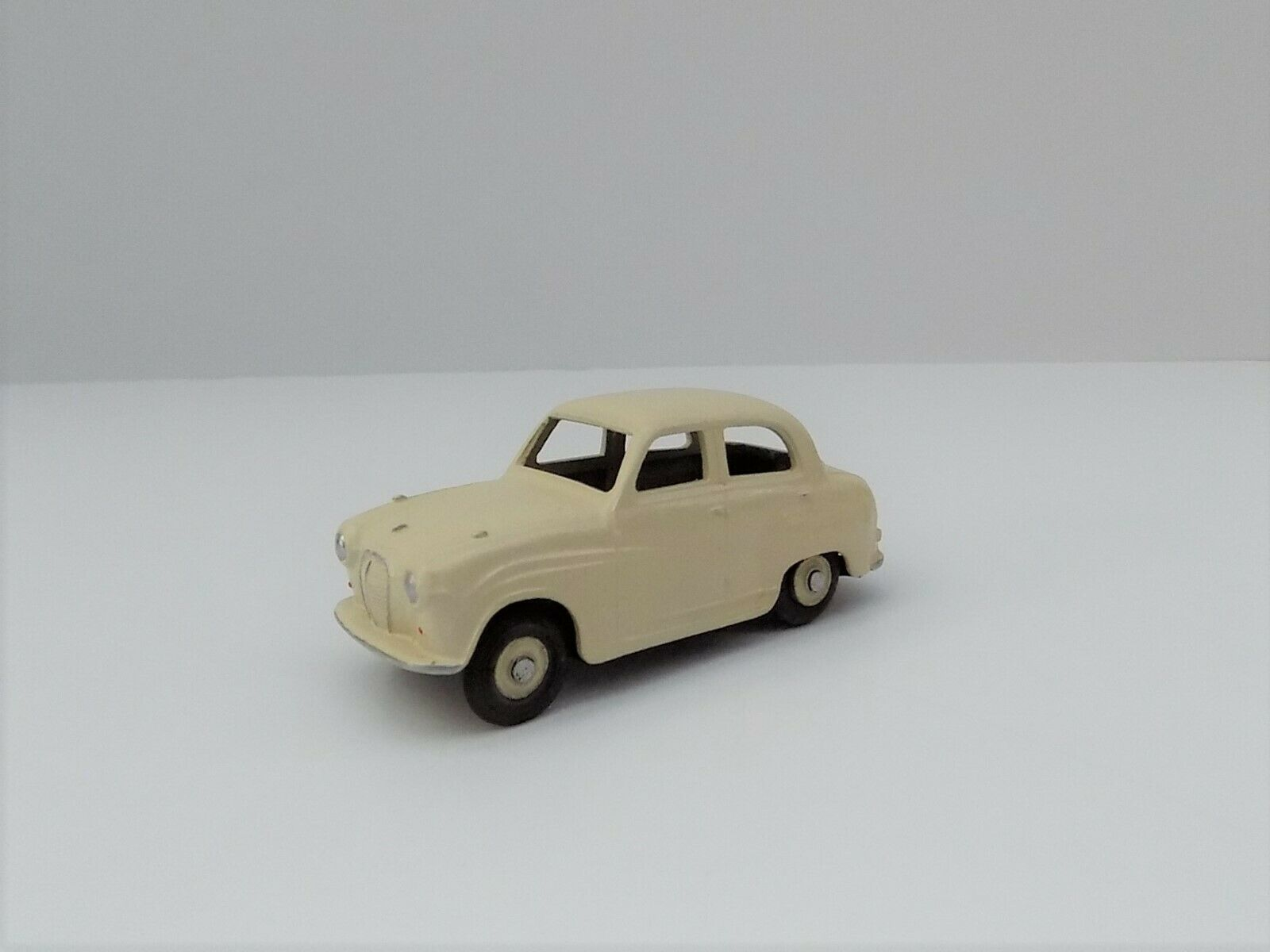 AUSTIN A30 WHITE METAL VERY GOOD CONDITION