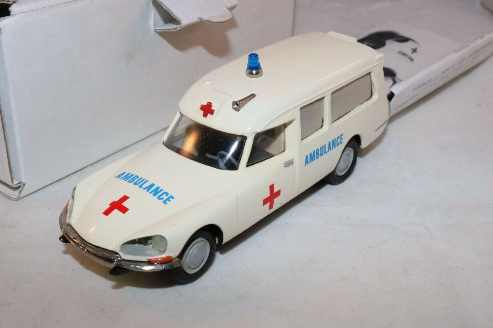 Vroom kits kits kits France Citroen DS Ambulance resin kit built white 1 43 mint in box a072fc
