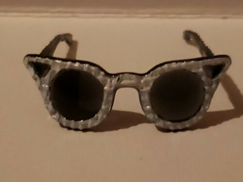 BARBIE BIG Curved WHITE CAT/'S EYE SHAPED SUNGLASSES DOLL ACCESSORY